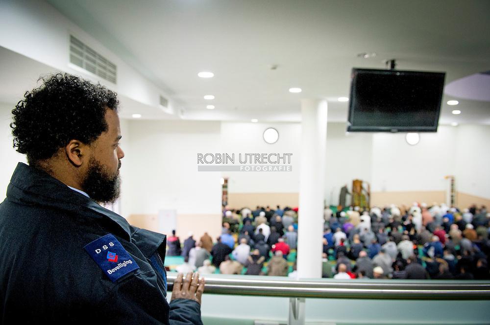 ROTTERDAM - vrijdagmiddaggebed  in de Essalam moskee in Rotterdam moskee in ROTTERDAM   waar met krachtige bewoordingen afstand werd genomen van de terroristische aanslag op het blad CharlieHebdo in Parijs. Zowel in het arabisch als in het nederlands werd gesteld dat de islam vrede nastreeft en het doden van een mens stellig afkeurt. . COPYRIGHT ROBIN UTRECHT