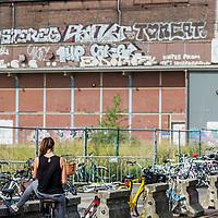 Nederland, Amsterdam, 7 augustus 2017.<br />Oostenburg is een van de drie Oostelijke Eilanden in Amsterdam, die in de tweede helft van de 17e eeuw in het IJ werden aangeplempt. Het ligt tussen het eiland Wittenburg en de Czaar Peterbuurt. De naam van het eiland wordt verklaard door de meest oostelijke ligging ten opzichte van Kattenburg en Wittenburg.<br /> <br /> Het gebied bestaat uit twee delen: het eigenlijke Oostenburg, ook wel Oostenburg-Zuid genoemd, en het Oostenburgereiland. Deze twee voormalige eilanden, beide na demping van delen van de Oostenburgervaart verbonden aan de Czaar Peterbuurt, worden van elkaar gescheiden door de Oostenburger Dwarsvaart en zijn verbonden door een smalle ophaalbrug, bekend als de Werkspoorbrug of Storkbrug.<br /> <br /> Op het Oostenburgereiland op het voormalige terrein van Werkspoor bevinden zich de Theater Fabriek Amsterdam, de Hallen van Stork en INIT-gebouw, een bedrijfsverzamelgebouw waar onder andere de redacties van de dagbladen Het Parool, Trouw en de Volkskrant zijn gevestigd. De woningcorporatie Stadgenoot is eigenaar van het merendeel van de gebouwen en de grond[2].<br /> <br /> Omdat op Oostenburg de bedrijfsbebouwing de grootste oppervlakte inneemt, is er ten opzichte van de omringde buurten relatief minder woningbouw.<br />Oostenburg, een ontwikkeling in jaren<br /> Naast het stedenbouwkundig plan voor de organische ontwikkeling van Oostenburg maakte Urhahn ook het Masterplan Openbare Ruimte. Oostenburg, het voormalige terrein van de VOC en Werkspoor, wordt niet in &eacute;&eacute;n keer getransformeerd tot een nieuwe buurt om te wonen en te werken. Er is ruimte voor ontwikkeling door diverse partijen, zodat een rijk pallet aan gebouwen en functies zal verrijzen. De openbare ruimte vormt de tegenhanger van de diversiteit en contrasten in de bebouwing: een samenhangend tapijt dat de beoogde identiteit van het gebied zal benadrukken. Dit masterplan vormt het kader voor de inrichting van de openbare ruimte. Op basis