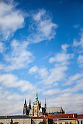 Der Veitsdom und ein Teil der Prager Burg von der Karlsbrücke aus gesehen.