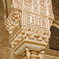 Columnas en el Palacios Nazaries. Conjunto palacial, residencia de los reyes de Granada. Lo empieza a construir el fundador de la dinast&iacute;a, Alhamar, en el s XIII, aunque las edificaciones que han pervivido hasta nuestros d&iacute;as datan, principalmente, del s XIV. Estos palacios encierran entre sus muros el refinamiento<br /> y la delicadeza de los &uacute;ltimos gobernadores hispano-&aacute;rabes de Al Andalus, los Nazar&iacute;es. <br /> La Alhambra es una ciudad palatina andalus&iacute; situada en Granada, Espa&ntilde;a. Formada por un conjunto de palacios, jardines y fortaleza que albergaba una verdadera ciudadela dentro de la propia ciudad de Granada, que serv&iacute;a como alojamiento al monarca y a la corte del Reino nazar&iacute; de Granada, Andalucia. Espa&ntilde;a. Alhambra is a palace and fortress complex located in Granada, Andalusia, Spain. It was originally constructed as a small fortress in 889 and then largely ignored until its ruins were renovated and rebuilt in the mid-11th century by the Moorish emir Mohammed ben Al-Ahmar of the Emirate of Granada, who built its current palace and walls. It was converted into a royal palace in 1333. Granada. Andalusia. Spain