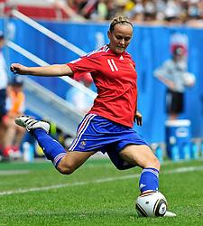20.07.2010, , Augsburg, GER, FIFA U-20 Frauen Worldcup, Frankreich vs Deutschland, im Bild Fanny TENRET (Rodez Aveyron FRA #11), Einzelaktion / Aktion, Freisteller, Hochformat / Upright Format, Ganzkoerper / Ganzk^rper,  EXPA Pictures © 2010, PhotoCredit: EXPA/ nph/  Roth+++++ ATTENTION - OUT OF GER +++++ / SPORTIDA PHOTO AGENCY