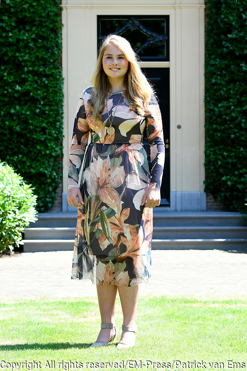 Prinsessen tijdens de Zomerfotosessie 2018 bij de Eikenhorst in Wassenaar<br /> <br /> Summer photo session 2018 at Villa de Eikenhorst in Wassenaar<br /> <br /> Op de foto / On the photo: prinses Amalia / Princess Amalia