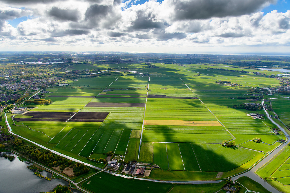 Nederland, Zuid-Holland, Zoetermeer, 28-04-2017; overzicht van de Zoetermeersche Meerpolder, een van de weinige polder is de westelijke Randstad die nog een open landschap heeft. Zoetermeer aan de horizon Polder near Zoetermeer in the western Randstad, one of the few still open landscapes<br /> luchtfoto (toeslag op standard tarieven);<br /> aerial photo (additional fee required);<br /> copyright foto/photo Siebe Swart