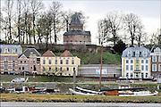 Nederland, The Netherlands, Nijmegen, 9-10-2015Voet van de Valkhofheuvel. Hier stond een palz van Karel de Grote. Te zien zijn o.a. het Velorama fietsmuseum, museum de stratemakerstoren, Bij opgravingen onlangs zijn resten uit de 13e tot 19e eeuw gevonden alsmede uit de Romeinse tijd. De vondst van restanten van de fundering van een Romeins huis is bijzonder. Van hieraf ging de route naar de eerste veerpont naar Lent die bij het Valkhof liep.Op deze plek komt De Bastei, het nieuwe centrum voor natuur en cultuurhistorie, dat doorloopt tot de 16e eeuwse Stratemakerstoren.FOTO: FLIP FRANSSEN/ HH