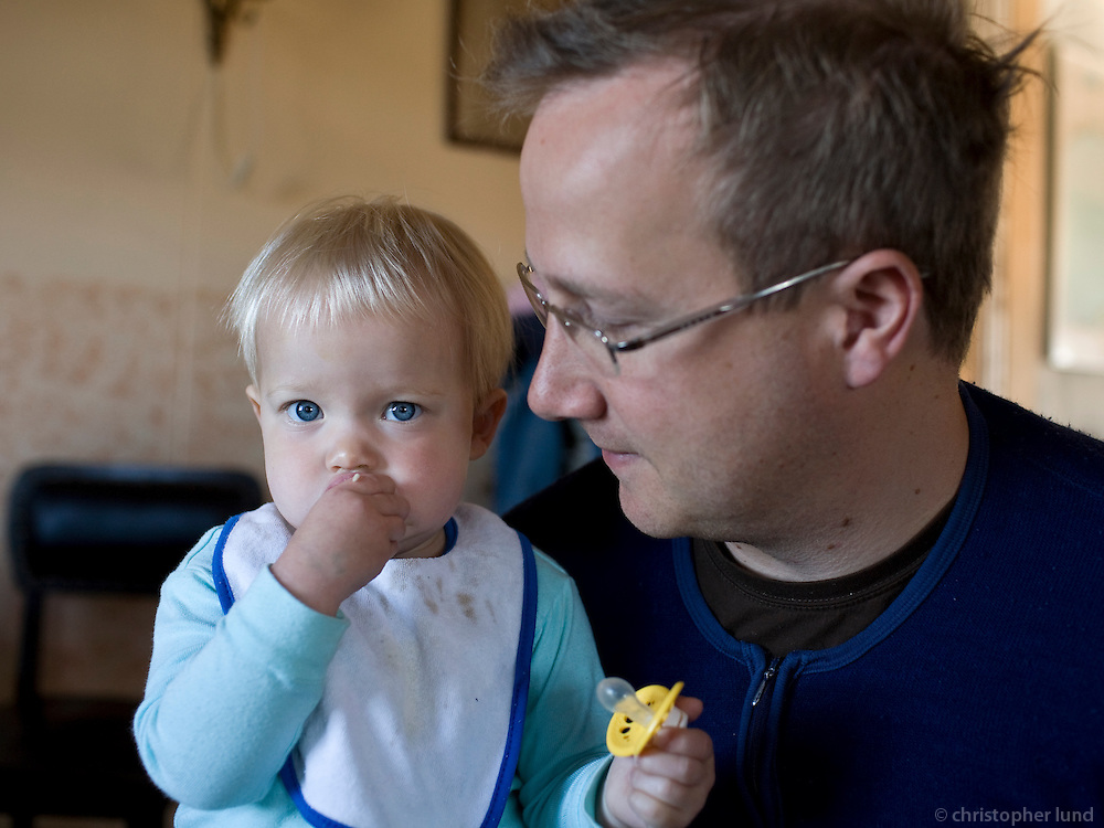 Elín Freyja hjá pabba sínum.