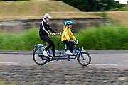 In Naarden-Vesting rijdt een vrouw met een kind voorop de tandem.<br /> <br /> In Naarden-Vesting a woman rides a tandem with a child in front.