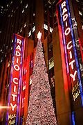 New York, New York. Etats Unis. 15 Decembre 2010.Midtown. Radio City Hall. Avenue of the Americas...New York, New York. United States. December 15th 2010.Midtown. Radio City Hall. Avenue of the Americas...