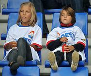 23-08-2008 VOETBAL:WILLEM II:RAYO VALLECANO:TILBURG<br /> Willem II kinderen zitten gezellig naar de wedstrijd te kijken tijdens de opendag<br /> Foto: Geert van Erven