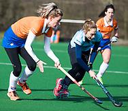 BLOEMENDAAL - Merel Aarts(Bldaal) met Tessa Schoenaker (Nijm.)  hoofdklasse competitie dames, Bloemendaal-Nijmegen (1-1) COPYRIGHT KOEN SUYK