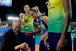 23-08-2009 VOLLEYBAL: WGP FINALS CEREMONY: TOKYO <br /> Brazilie wint de World Grand Prix 2009 / FiVB president Jizhong Wei, Fabiana de Oliveira en Danielle Lins<br /> ©2009-WWW.FOTOHOOGENDOORN.NL