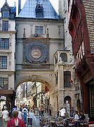 Frankrijk, Rouen, 6-9-2005..Het antieke gros horloge, renaissance klok, aan een gevel in het oude centrum van de stad. Toerisme, toeristen, normandie, vakwerkhuizen, middeleeuwse architectuur, architektuur, stadsgezicht...Foto: Flip Franssen/Hollandse Hoogte