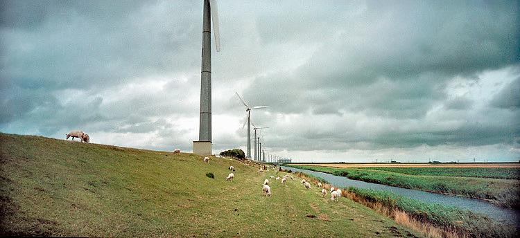 Nederland, Groningen, 1-5-1997Windmolenpark bij de Eemshaven. Het waren de eerste moderne windmolens in een windmolenpark bij elkaar gezet van Nederland. .Foto: Flip Franssen