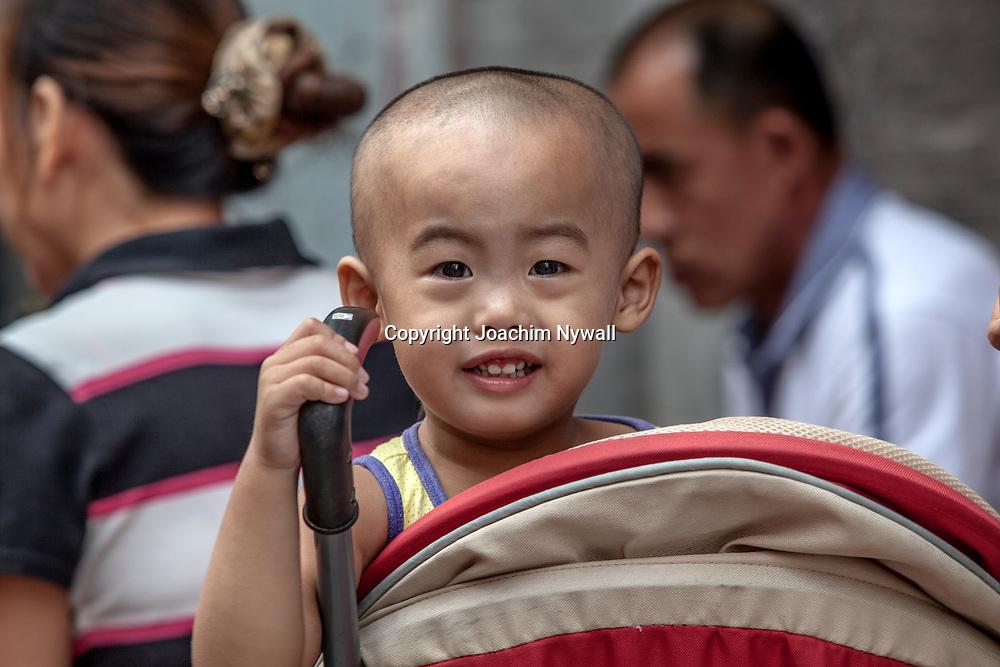 2011 08 Beijing Kina China<br /> Liten kinesisk kille som sitter i en barnvagn<br /> <br /> ----<br /> FOTO : JOACHIM NYWALL KOD 0708840825_1<br /> COPYRIGHT JOACHIM NYWALL<br /> <br /> ***BETALBILD***<br /> Redovisas till <br /> NYWALL MEDIA AB<br /> Strandgatan 30<br /> 461 31 Trollh&auml;ttan<br /> Prislista enl BLF , om inget annat avtalas.