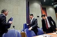 Nederland. Den Haag, 13 januari 2010.<br /> Balkenende , Bos en Rouvoet in de plenaire vergaderzaal. Het kabinet erkent dat met de kennis van nu een beter volkenrechtelijk mandaat nodig was geweest voor de inval in Irak. Dat schrijft premier Balkenende in een brief aan de Tweede Kamer. Daarmee werd gisteren een kabinetscrisis afgewend.<br /> Gisteren nam Balkenende nog afstand van de passage over het mandaat in het rapport van de commissie-Davids. vierde kabinet Balkenende; Balkenende IV; Balkenende Vier, coalitie, Wouter Bos, jan Peter Balkenende, Andre Rouvoet, minister-president, vice premiers, vice-premiers<br /> Foto Martijn Beekman