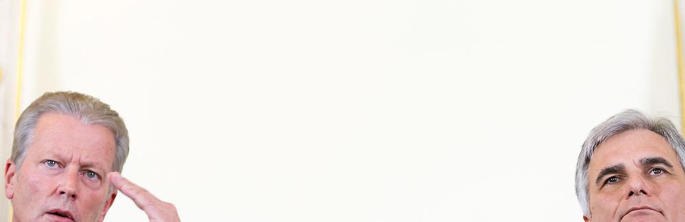 13.01.2015, Bundeskanzleramt, Wien, AUT, Bundesregierung, Pressefoyer nach Sitzung des Ministerrats, im Bild v.l.n.r. Vizekanzler und Minister fuer Wirtschaft und Wissenschaft Reinhold Mitterlehner (ÖVP) und Bundeskanzler Werner Faymann (SPÖ) // f.l.t.r. Vice Chancellor of Austria and Minister of Science and Economy Reinhold Mitterlehner (OeVP) and Federal Chancellor of Austria Werner Faymann (SPOe) during press foyer after council of ministers at federal chancellors office in Vienna, Austria on 2015/01/13, EXPA Pictures © 2015, PhotoCredit: EXPA/ Michael Gruber