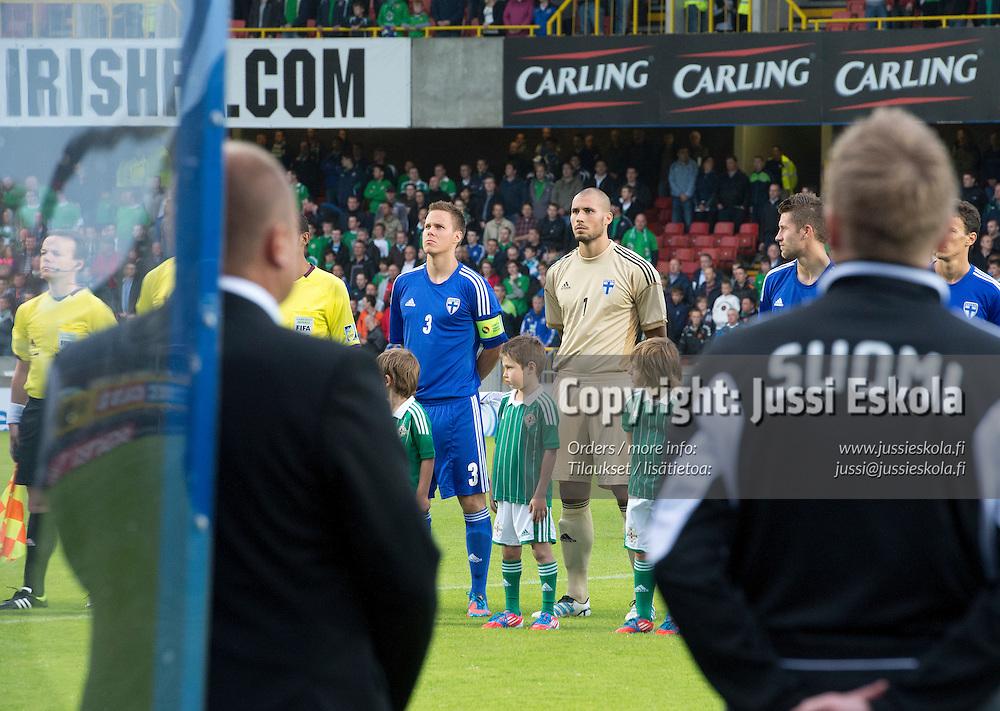 Kansallislaulu, Niklas Moisander, Niki Mäenpää. Pohjois-Irlanti - Suomi. Maaottelu. Belfast 15.8.2012. Photo: Jussi Eskola