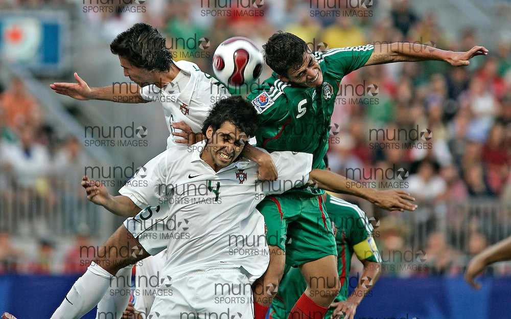 Portugal's Renato Paulo(C) goes for the header with his teammate Coelho Nuno (L) and Mexico's Hector Moreno during their match at the FIFA U-20 World Cup on 05 July 2007 in Toronto, Ontario, Canada.  The teams were tied at 0-0 at the end of the first half..AFP PHOTO/GEOFF ROBINS