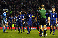 Fotball<br /> Premier League 2004/05<br /> Manchester United v Arsenal<br /> 24. oktober 2004<br /> Foto: Digitalsport<br /> NORWAY ONLY<br /> Arsenal players surround Mike Riley after he awarded Man Utd a penalty