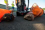 Teamleden bekijken de schade na een klapband. Het Human Power Team Delft en Amsterdam (HPT), dat bestaat uit studenten van de TU Delft en de VU Amsterdam, is in Senftenberg voor een poging het laagland sprintrecord te verbreken op de Dekrabaan. In september wil het Human Power Team Delft en Amsterdam, dat bestaat uit studenten van de TU Delft en de VU Amsterdam, tijdens de World Human Powered Speed Challenge in Nevada een poging doen het wereldrecord snelfietsen voor vrouwen te verbreken met de VeloX 7, een gestroomlijnde ligfiets. Het record is met 121,44 km/h sinds 2009 in handen van de Francaise Barbara Buatois. De Canadees Todd Reichert is de snelste man met 144,17 km/h sinds 2016.<br /> <br /> The Human Power Team is in Senftenberg, Germany to race at the Dekra track as a preparation for the races in America. With the VeloX 7, a special recumbent bike, the Human Power Team Delft and Amsterdam, consisting of students of the TU Delft and the VU Amsterdam, also wants to set a new woman's world record cycling in September at the World Human Powered Speed Challenge in Nevada. The current speed record is 121,44 km/h, set in 2009 by Barbara Buatois. The fastest man is Todd Reichert with 144,17 km/h.