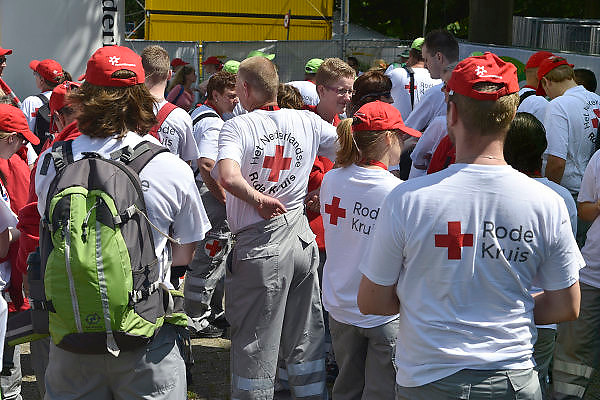 Nederland, Nijmegen, 14-7-2014Vrijwilligers van de mobiele teams van het Nederlandse Rode Kruis staan klaar om de stad in te gaan en indien nodig eerste hulp te verlenen aan bezoekers van de zomerfeesten.FOTO: FLIP FRANSSEN/ HOLLANDSE HOOGTE