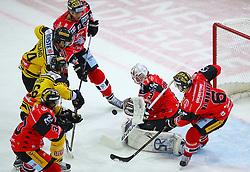 15.01.2017, Albert Schultz Halle, Wien, AUT, EBEL, UPC Vienna Capitals vs HC Orli Znojmo, 44. Runde, im Bild Jiri Beroun (HC Orli Znojmo), Jonathan Ferland (UPC Vienna Capitals), Macgregor Sharp (UPC Vienna Capitals), Andrea Lakos (HC Orli Znojmo), Marek Schwarz (HC Orli Znojmo) und Sean McMonagle (HC Orli Znojmo) // during the Erste Bank Icehockey League 44nd Round match between UPC Vienna Capitals and HC Orli Znojmo at the Albert Schultz Ice Arena, Vienna, Austria on 2017/01/15. EXPA Pictures © 2017, PhotoCredit: EXPA/ Thomas Haumer
