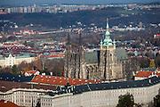 Die Prager Burg und der Veitsdom vom Petrin Turm aus gesehen.