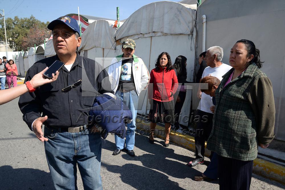 Toluca, Méx.- Comerciantes del Patio del Sabor recibieron una notificación por parte del ayuntamiento de Toluca en donde se les informa que podrán continuar con su actividad comercial hasta el 9 de Enero del 2015, en lo que se presenta un proyecto para su reubicación. Agencia MVT / Crisanta Espinosa