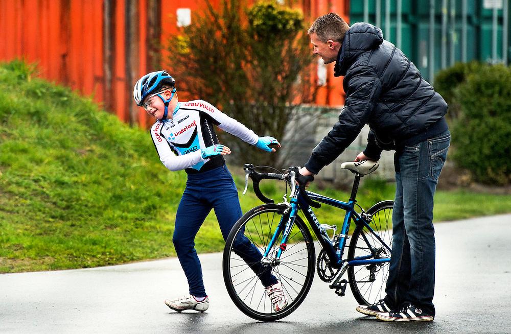 SERIE ROOKIE <br /> Nederland, Spijkenisse, 11-04-2015.<br /> Wielrennen, Landelijke selectiewedstrijd categorie 2 voor het NK 2015 in juni.<br /> Na de finish schijnt de zon niet altijd.<br /> Foto : Klaas Jan van der Weij