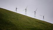 En vindmøllepark i Dublin, California. I august la president Barack Obama fram den såkalte Clean Power Plan, som for første gang setter strenge utslippskrav til den amerikanske energiproduksjonen. Målet er å redusere utslippene med 32 prosent innen 2030. Vindkraft utgjør i dag omlag fem prosent av energiproduksjonen i USA. Danmark skal ha mye av æren for at vindkraft har blitt lønnsomt. Tidlig på åttitallet satset de på vind, og i dag forsyner turbinene 40 prosent av Danmarks strømforbruk.