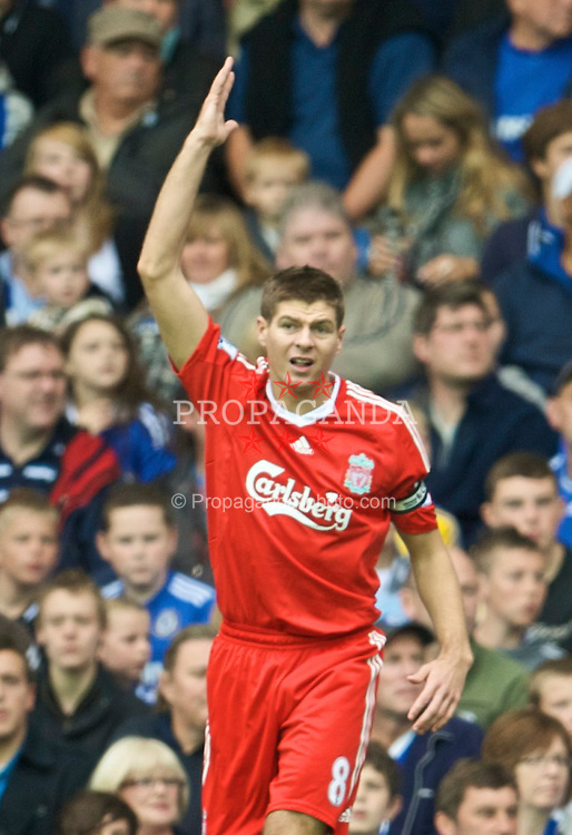 LONDON, ENGLAND - Sunday, October 4, 2009: Liverpool's captain Steven Gerrard MBE in action against Chelsea during the Premiership match at Stamford Bridge. (Pic by David Rawcliffe/Propaganda)