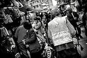 Hong Kong | HongKong | 02.12.2012 :  <br /> <br /> hier: Stra&szlig;enkehrer auf einem Markt<br />   <br /> Sascha Rheker<br /> 20121202<br /> <br /> <br /> <br /> [Inhaltsveraendernde Manipulation des Fotos nur nach ausdruecklicher Genehmigung des Fotografen. Vereinbarungen ueber Abtretung von Persoenlichkeitsrechten/Model Release der abgebildeten Person/Personen liegt/liegen nicht vor.] [No Model Release | No Property Release]