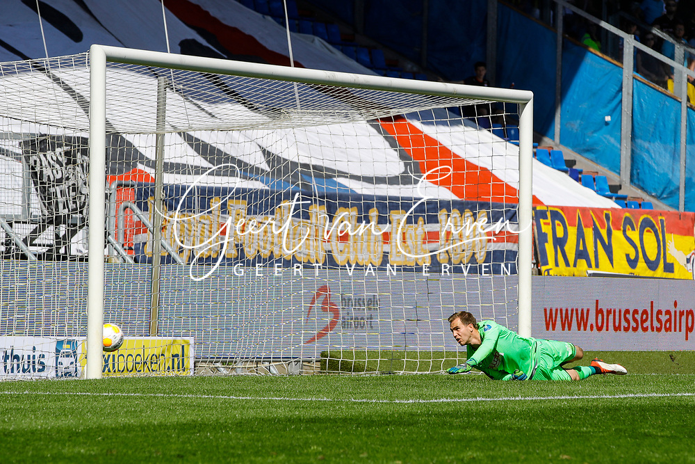 *Ben Rienstra* of Willem II scores the third goal to make it 2-1, *Jeroen Houwen* of Vitesse