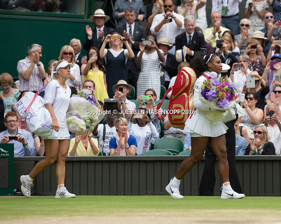 SERENA WILLIAMS (USA) und Angelique Kerber betreten den Centre Court, Damen Endspiel, Finale <br /> <br /> Tennis - Wimbledon 2016 - Grand Slam ITF / ATP / WTA -  AELTC - London -  - Great Britain  - 9 July 2016.
