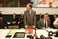 14 OCT 2003, BERLIN/GERMANY:<br /> Franz Muentefering, SPD Fraktionsvorsitzender, zu Beginn der Sitzung der SPD Fraktion, rechts: Wilhelm Schmidt, Parl. GEschaeftsfuehrer SPD Fraktion, Deutscher Bundestag<br /> IMAGE: 20031014-01-016<br /> KEYWORDS: Fraktionssitzung, Franz Müntefering