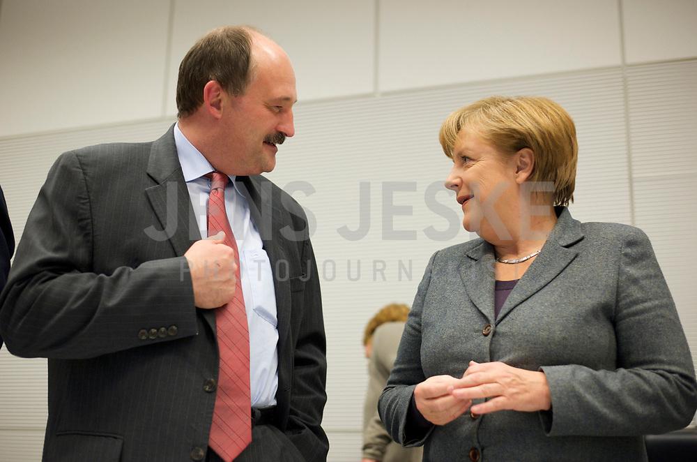 DEU, Deutschland, Germany, Berlin, 13.12.2011:<br />Dr. Michael Meister (CDU), stellv. Fraktionsvorsitzender der CDU/CSU-Fraktion, im Gespräch mit Bundeskanzlerin Angela Merkel (CDU) vor Beginn der CDU/CSU-Fraktionssitzung im Deutschen Bundestag.