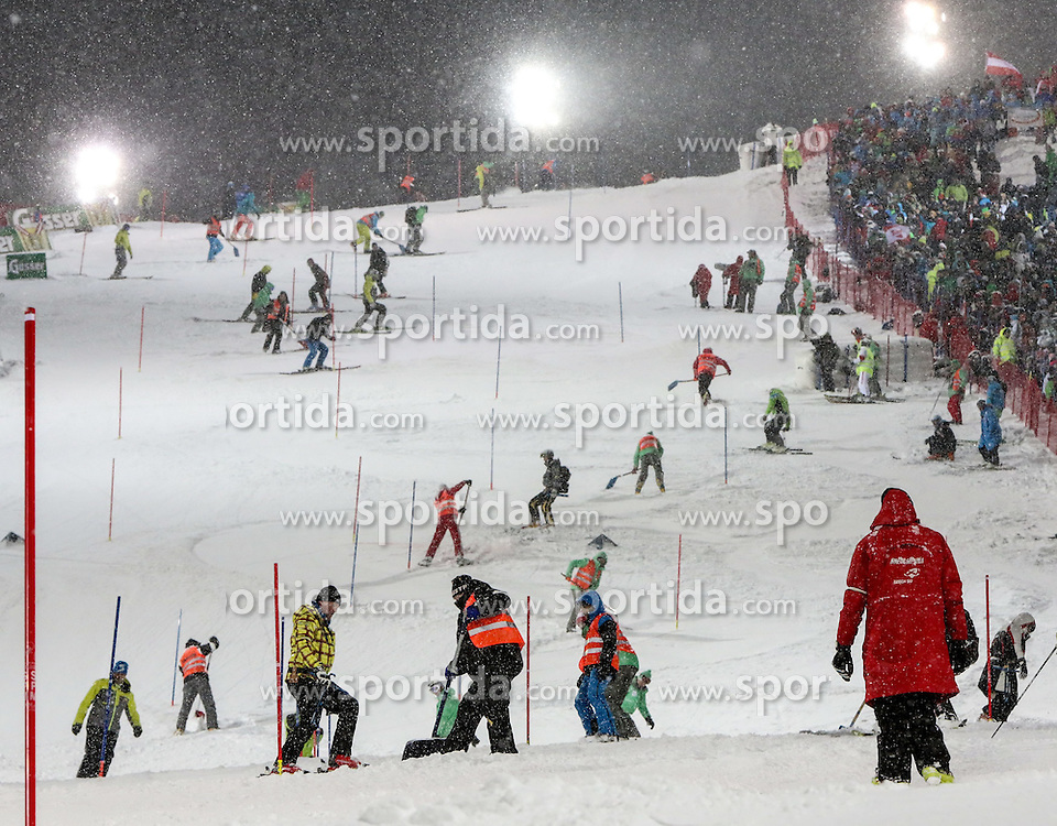 27.01.2015, Planai, Schladming, AUT, FIS Weltcup Ski Alpin, Nightrace, Slalom, Herren, 1. Durchgang, im Bild Pistenarbeiter im Einsatz // during 1st run of mens slalom of the Schladming FIS Ski Alpine World Cup at the Planai course in Schladming, Austria on 2015/01/27. EXPA Pictures © 2015, PhotoCredit: EXPA/ Martin Huber