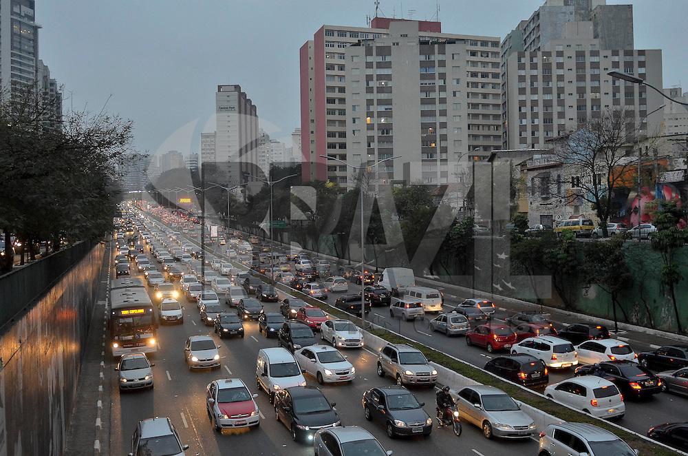SÃO PAULO, SP, 15.08.2014 – TRÂNSITO EM SÃO PAULO: Trânsito na Av. 23 de Maio, próximo ao Parque do Ibirapuera, zona sul de São Paulo na tarde desta sexta feira. (Foto: Levi Bianco / Brazil Photo Press).