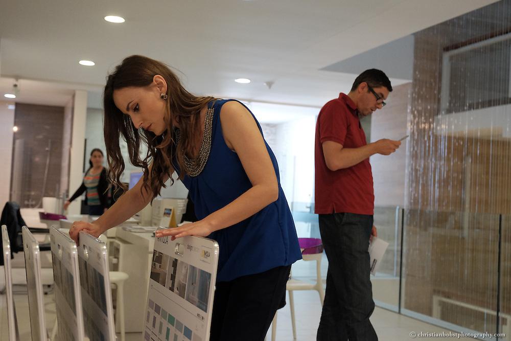 Merfida Jerliu, Gewinnerin der TV-Sendung PunPun, welche im Auftrag von Helvetas fürs kosovarische Fernsehen entwickelt wurde. In diesem Bild sehen wir Merida am gewonnenen Arbeitsplatz in der Firma Albaqeramika in Pristina, welche Badezimmereinrichtungen verkauft, im Hintergrund ihr Vorgesetzter Urim Zatriqi.