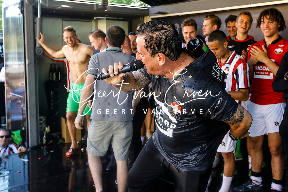 Supporters of Willem II celebrating the season with the players and staff, *Henry van Amelsfort* of Willem II