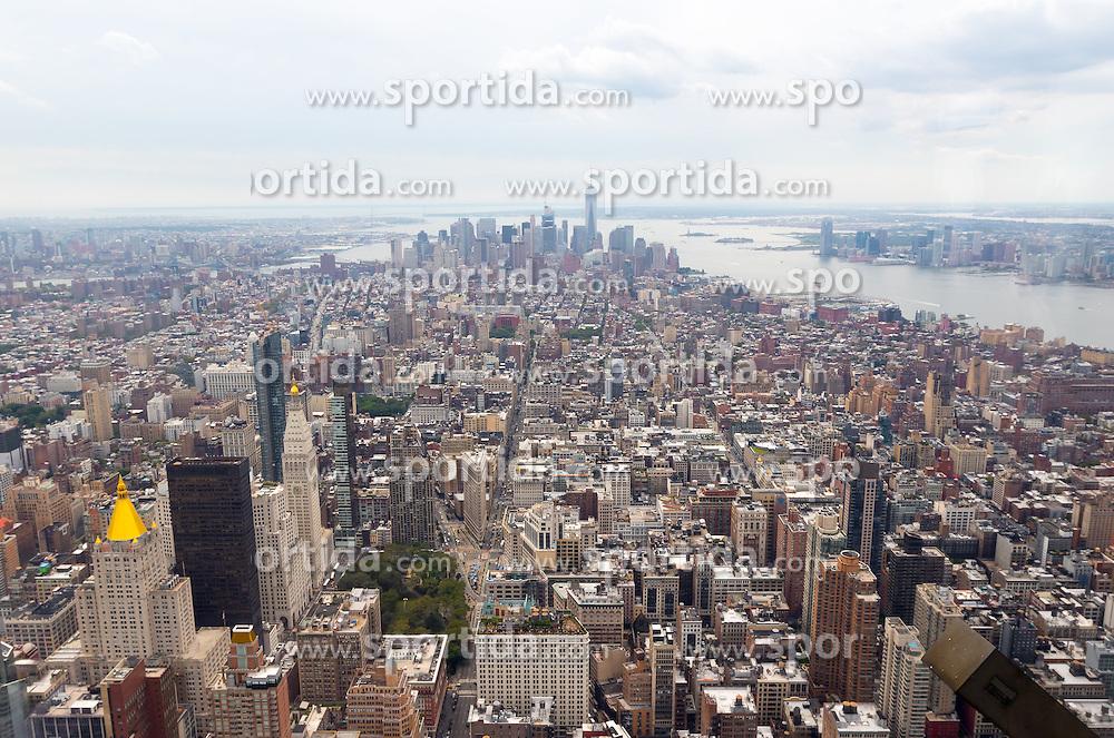 THEMENBILD - Das Empire State Building ist ein Wolkenkratzer im New Yorker Stadtteil Manhattan. Mit einer Höhe von 443 Metern war es lange Zeit das höchste Gebäude der Welt. Bis heute gilt das Empire State Building als Wahrzeichen von New York, im Bild die Aussicht Richtung Sueden vom 86 Stock aus, Aufgenommen am 08. August 2016 // The Empire State Building is a skyscraper in Manhattan. It stands 443 Meter high and was the tallest building of the world for a long time. It is deemed to be the town's landmark, This picture shows the view from the 86th floor southbound, New York City, United States on 2016/08/08. EXPA Pictures © 2016, PhotoCredit: EXPA/ Sebastian Pucher