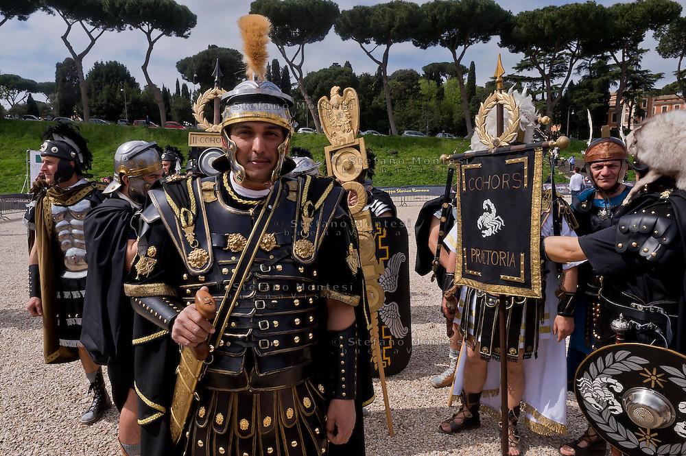 Roma 19 Aprile 2015<br /> Corteo storico con costumi da legionari centurioni, gladiatori, vestali e senatori dell'Antica Roma al Circo Massimo per festeggiare la citta' di Roma che compie 2768 anni. I pretoriani di Ponzio Pilato, prefetto della Giudea (dal 26 al 35 d.C.).<br /> Roma, Italy. 19st April 2015 -- People dressed up as soldiers of the ancient Rome during a parade at the Circus Maximus marking the 2,768th birthday anniversary of Rome. The Praetorians of Pontius Pilate, Prefect of Judea (26-35 AD).