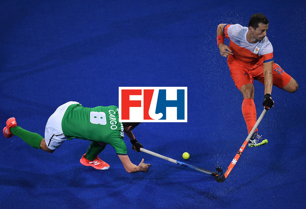 Ireland's Chris Cargo (L) vies with Netherland's Sander Baart during the men's field hockey Netherlands vs Ireland match of the Rio 2016 Olympics Games at the Olympic Hockey Centre in Rio de Janeiro on August, 7 2016. / AFP / MANAN VATSYAYANA        (Photo credit should read MANAN VATSYAYANA/AFP/Getty Images)