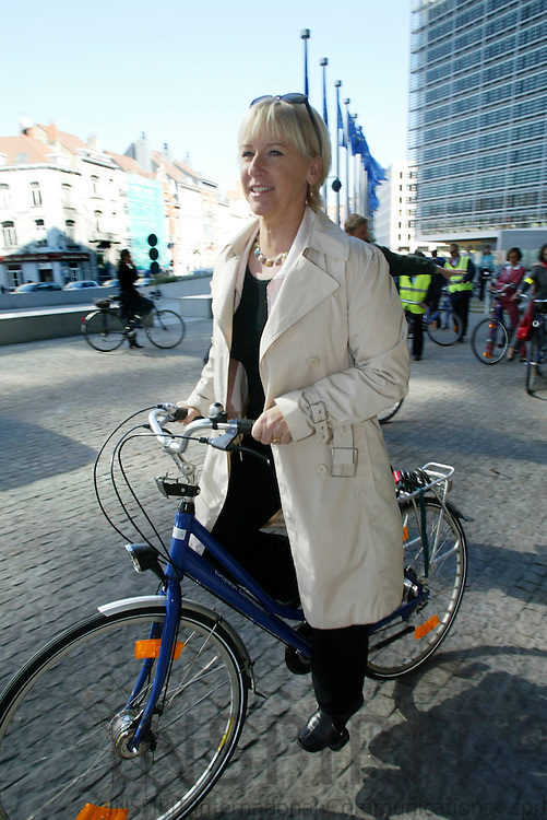 BRUSSELS - BELGIUM - 19 SEPTEMBER 2005 --Margot WALLSTROM (Wallström, Wallstroem) Vice-President of the EC in charge of Institutional Relations and Communication Strategy and Siim KALLAS, Vice-President of the EC in charge of Administrative Affairs, Audit and Anti-Fraud, in a guided tour by bicycle organised in the framework of mobility week.   PHOTO: ERIK LUNTANG / INSPIRIT..