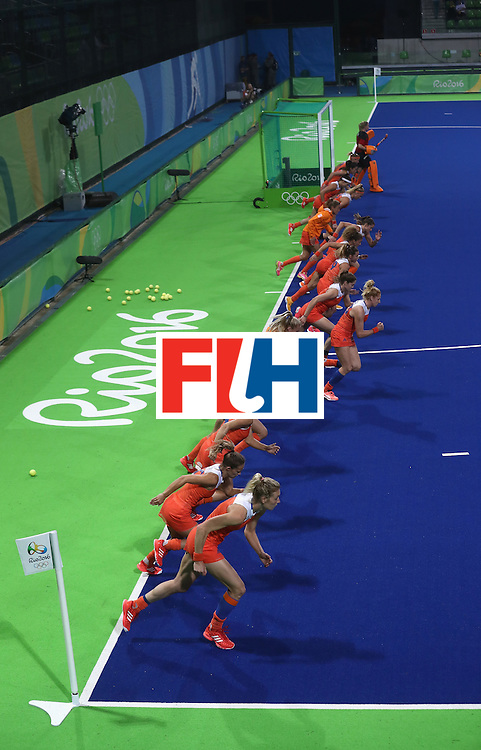 RIO DE JANEIRO, BRAZIL - AUGUST 15:  The Netherlands team warm up prior to the Women's quarter final hockey match between the Netherlands and Argentina on Day10 of the Rio 2016 Olympic Games held at the Olympic Hockey Centre on August 15, 2016 in Rio de Janeiro, Brazil.  (Photo by David Rogers/Getty Images)