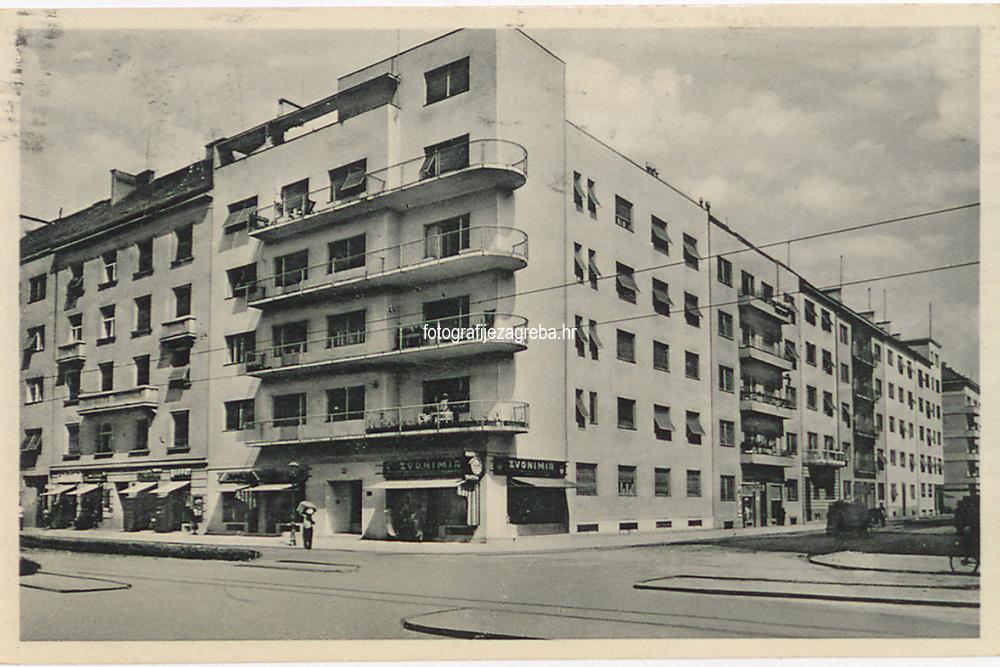 Zagreb : Klaonička ulica. <br /> <br /> ImpresumZagreb : Naklada: Orient, [1939].<br /> Materijalni opis1 razglednica : tisak ; 9 x 14 cm.<br /> NakladnikNaklada Orient<br /> Vrstavizualna građa • razglednice<br /> ZbirkaGrafička zbirka NSK • Zbirka razglednica<br /> Formatimage/jpeg<br /> PredmetZagreb –– Ulica Antuna Bauera<br /> SignaturaRZG-BAUE-1<br /> Obuhvat(vremenski)20. stoljeće<br /> NapomenaRazglednica je putovala 1939. godine. • Današnja Bauerova ulica do 1938. godine nosila je naziv Klaionička ulica/cesta (prema Gradskoj klaonici koja je 1928. preseljena na novu lokaciju na Sajmišnoj cesti - Heinzelova ulica). Nakon Drugog svjetskog rata, zajedno s Lorkovićevom ulicom, dobiva naziv Ulica narodnog heroja Josipa Kraša.<br /> PravaJavno dobro<br /> Identifikatori000954566<br /> NBN.HRNBN: urn:nbn:hr:238:302774 <br /> <br /> Izvor: Digitalne zbirke Nacionalne i sveučilišne knjižnice u Zagrebu