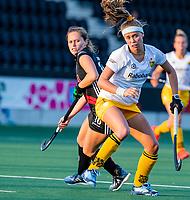 AMSTELVEEN  -  Danique vd Veerdonk (Den Bosch) met Kelly Jonker (A'dam)   tijdens   de eerste finalewedstrijd van de play offs om de landstitel hockey dames , Amsterdam-Den Bosch (2-1) . COPYRIGHT  KOEN SUYK