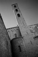 La cattedrale di San Cataldo (o duomo di San Cataldo) Ë una chiesa di Taranto, inizialmente dedicata a santa Maria Maddalena poi a san Cataldo vescovo. Fu costruita ad opera dei Bizantini nella seconda met? del X secolo, durante i lavori di ricostruzione della citt? voluti dall'imperatore Niceforo II Foca..Negli ultimi anni dell'XI secolo l'impianto bizantino venne rimaneggiato e si costruÏ l'attuale cattedrale a pianta basilicale. Tuttavia la vecchia costruzione non fu sostituita del tutto: il braccio longitudinale, ampliato e ribassato, incorporÚ la navata centrale con la profonda abside della chiesa bizantina, rimaste inalterata; l'altare Ë posto sotto la cupola e la vecchia navata divenne il transetto, tagliato poi dalle navate laterali, lasciando in vista una serie di colonnine che decoravano l'antica costruzione..Nel 1713 fu aggiunta la facciata barocca, opera dell'architetto leccese Mauro Manier (fonte Wikipedia http://it.wikipedia.org/wiki/Cattedrale_di_San_Cataldo)..Nella fotografia si nota il campanile: esso, innalzato nel XII secolo ivenne distrutto in seguito dal terremoto del 1456 e sostituito durante i lavori di restauro dello Schettini nel 1952 con l'attuale, che riprende le forme di quello pi? antico (fonte Wikipedia, citata).