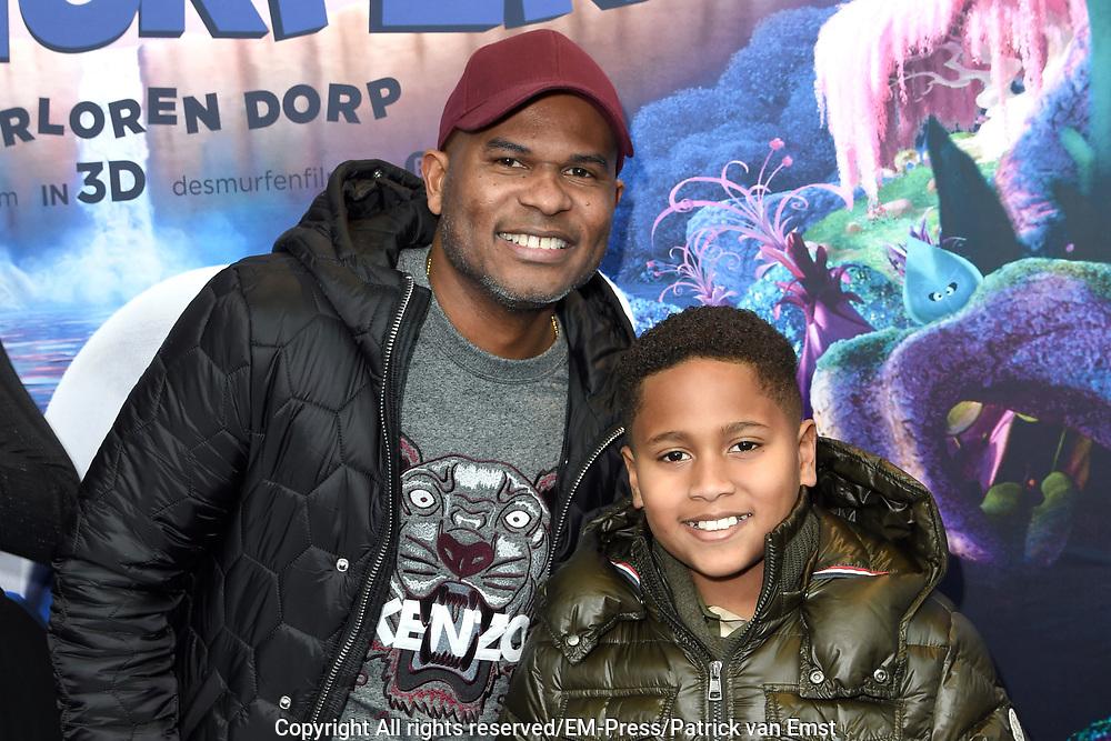 Nederlandse premi&egrave;re van DE SMURFEN EN HET VERLOREN DORP in Pathe ArenA, Amsterdam<br /> <br /> Op de foto:  Roue Verveer met zijn zoon