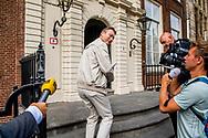 DEN HAAG - gerrit zalm Halbe Zijlstra (VVD)  en Wouter Koolmees en Carola Schouten (Christenunie) aankomst mark rutte bij het In het Johan de Witthuis kunnen Mark Rutte, Sybrand Buma, Alexander Pechtold en Gert-Jan Segers onbespied door de binnentuin wandelen. Vergaderzalen zijn er eveneens genoeg in het statige rijksmonument. Formatie , Formeren in vrijetijdskleding aankomst bij het Johan de Witthuis voor de voortzetting van de formatie-onderhandelingen spijkerbroek , gymschoenen <br />  ROBIN UTRECHT