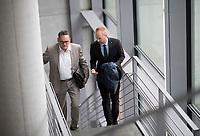 DEU, Deutschland, Germany, Berlin, 27.09.2017: Stefan Keuter (MdB, AfD) und Matthias Büttner (MdB, AfD)  auf dem Weg zur Fraktionssitzung der AfD-Bundestagsfraktion im Deutschen Bundestag.